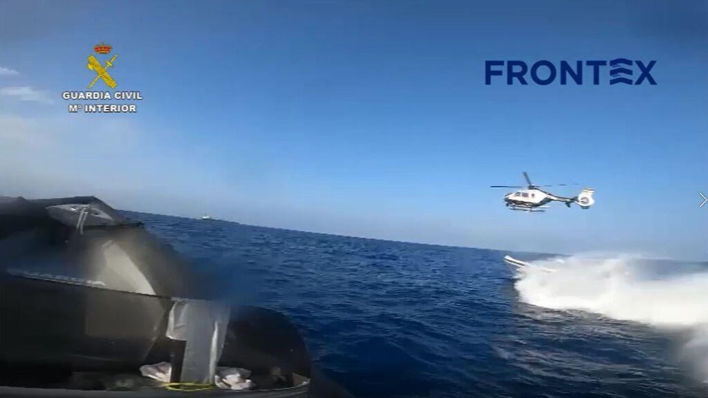 La Guardia Civil rescata a los ocupantes de una planeadora tras interceptarla en aguas de Cádiz