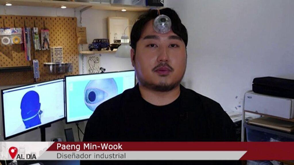 Un joven surcoreano inventa un tercer ojo biónico para ver el móvil por la calle sin jugarse la vida