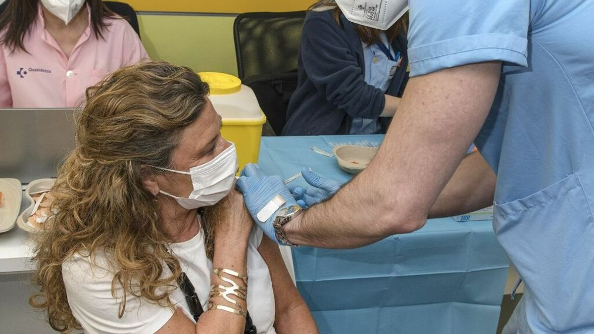 """Los vascos que rechacen la vacuna por estar de vacaciones perderán turno y deberán esperar a que """"haya disponibilidad"""""""