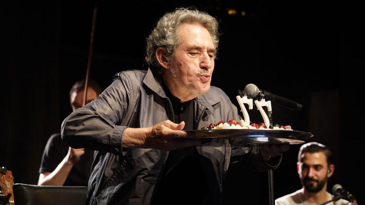 Miguel Ríos apaga las velas de su 77 cumpleaños.