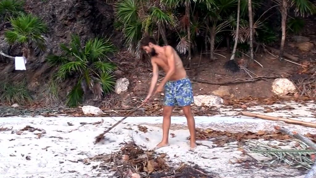 Alejandro barriendo la playa
