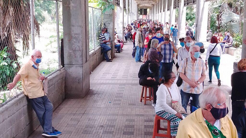 Primero a los chavistas: el 'apartheid' en la vacunación masiva contra la covid-19 en Venezuela