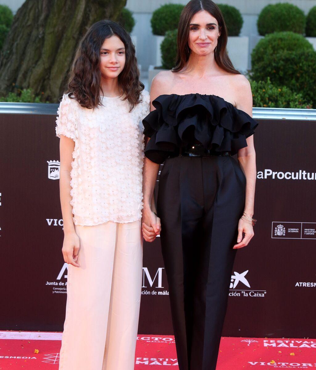 Madre e hija, perfecta combinación 'black and white' en Málaga