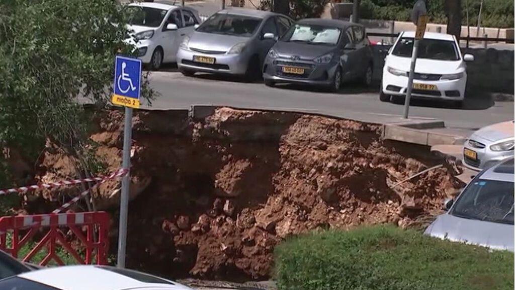 Un sumidero se traga tres coches de un parking de un hospital de Jerusalén