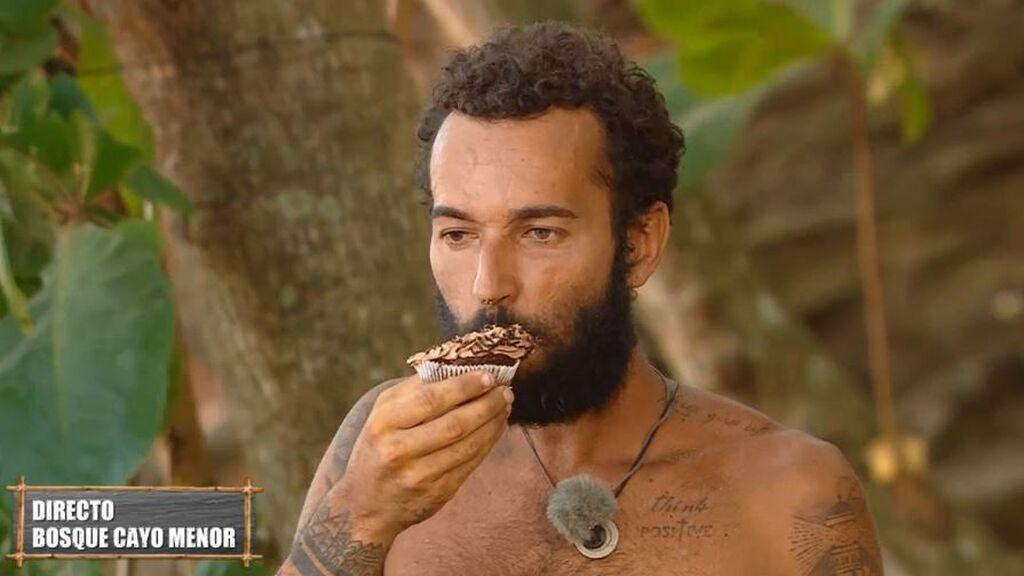 Omar Sánchez disfruta de un delicioso cupcake en la prueba de recompensa