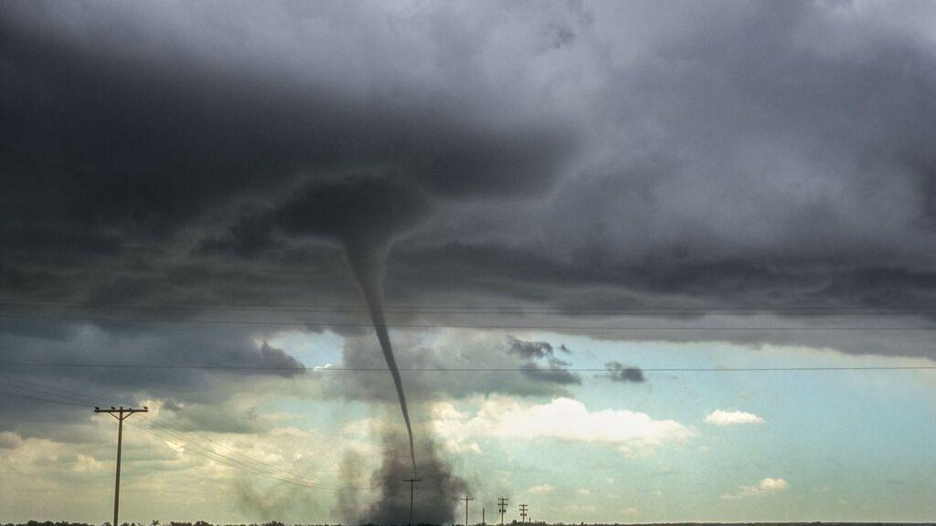 Graban un tornado en Colorado que hace saltar las sirenas y mata a ganado