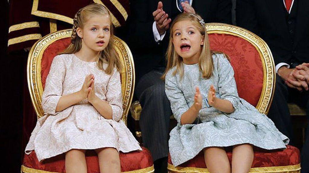 Para la coronación de su padre eligieron dos vestidos casi iguales en tonos pastel.