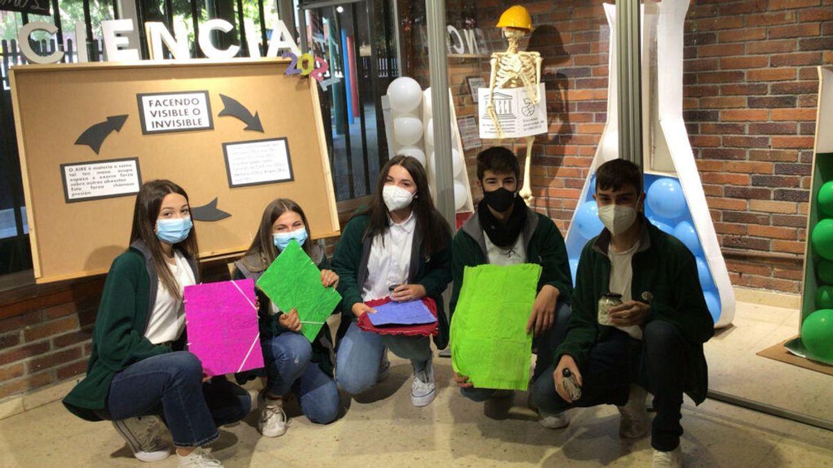 Alumnos de un colegio de Pontevedra construyen carpetas con mascarillas quirúrgicas usadas