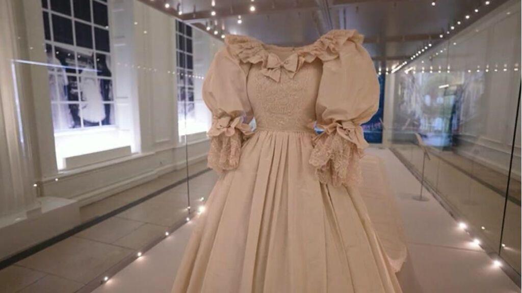 Londres exhibe el vestido de boda de Lady Di y otros trajes de la realeza británica