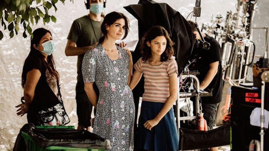 Paz Vega y su hija, durante el rodaje de 'La casa del caracol'