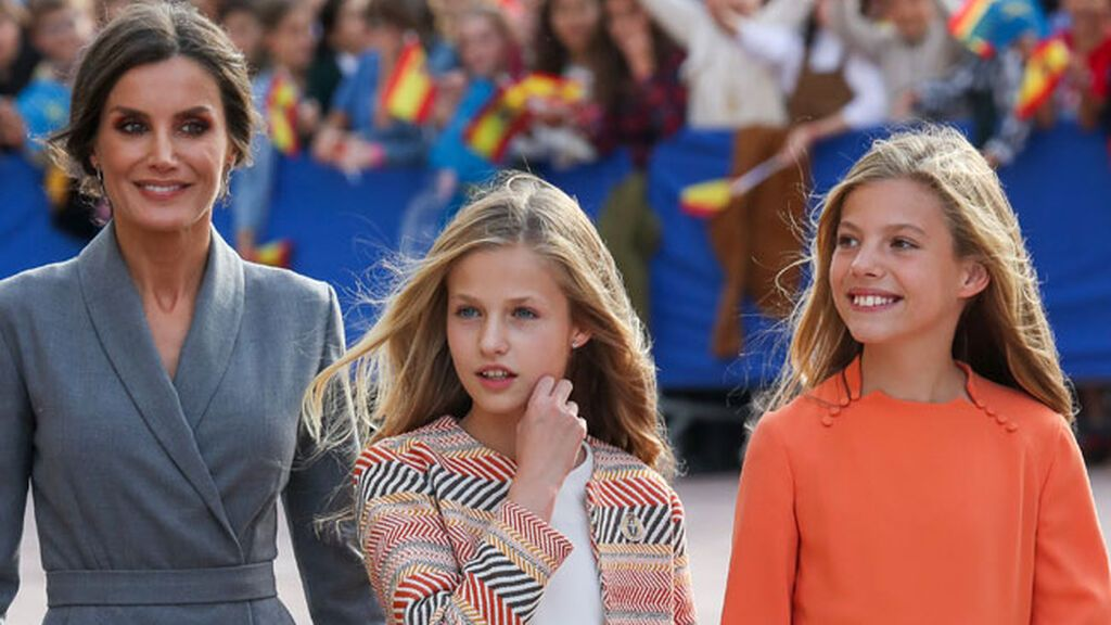 Sofía deslumbró en los premios con vestido naranja.