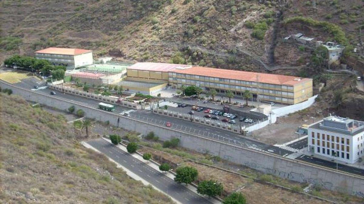 Un instituto en Tenerife prohíbe a sus alumnas llevar tops y escotes pronunciados