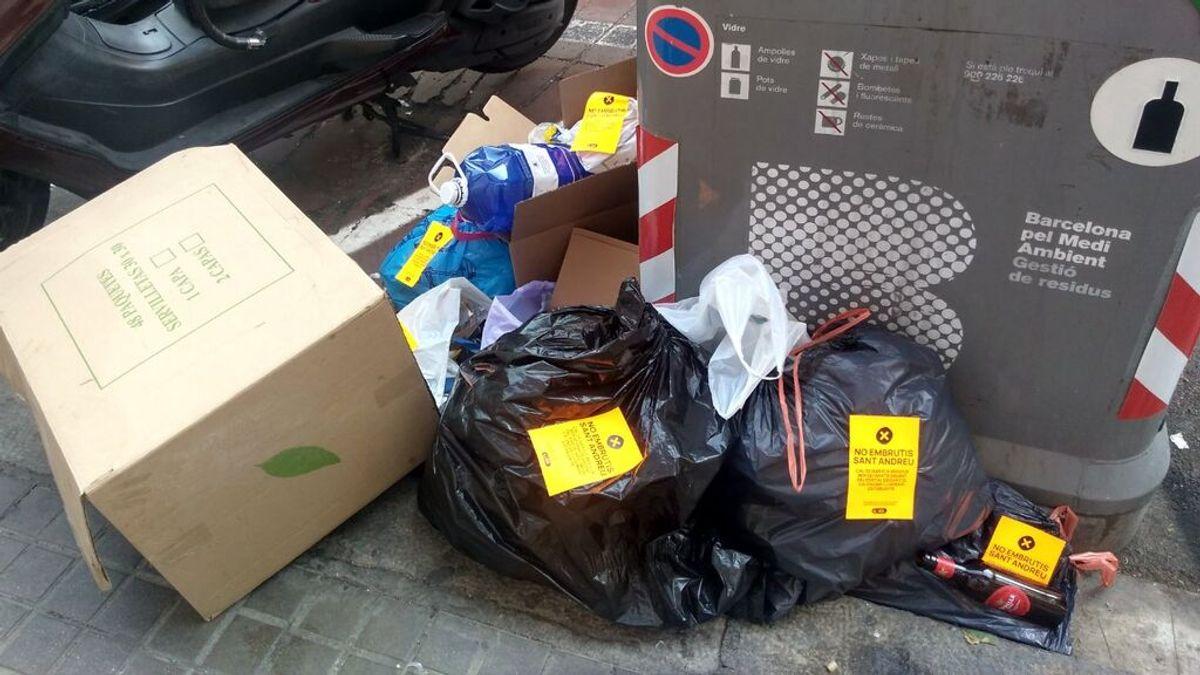 """La recogida de basura puerta a puerta no funciona en Barcelona: """"Nos despertamos con las calles llenas"""""""
