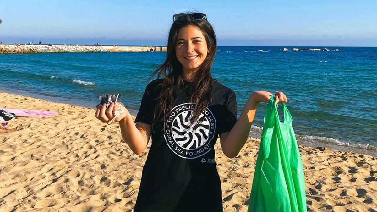 Elizabeth recogiendo residuos