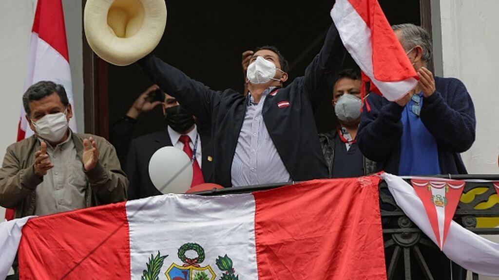 """Castillo virtual ganador en Peru mientras que el ente electoral pide no hablar de """"fraude"""""""