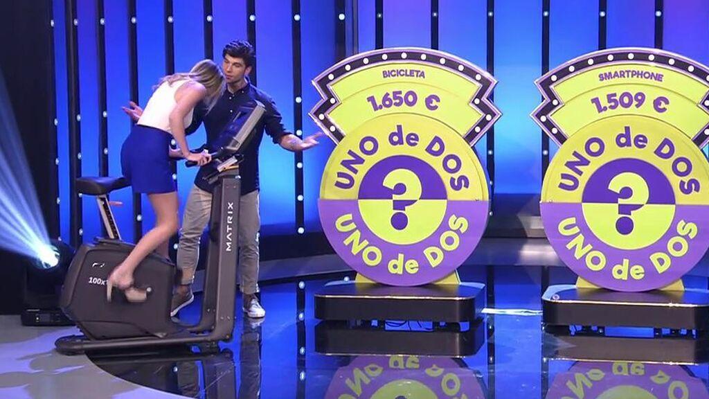 """Carlos Sobera bromea y advierte a Aitor, azafato del programa: """"Como se le suban 'las bolas' a mi niña..."""""""