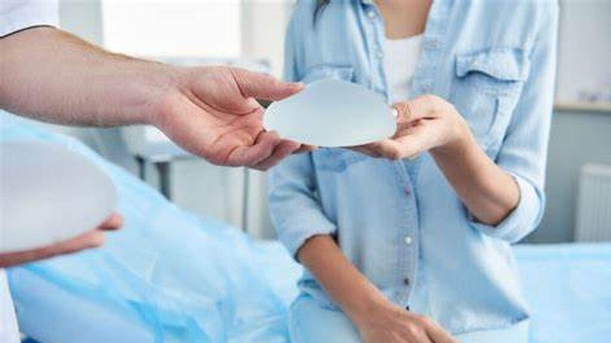 """Un célebre cirujano plástico asegura que la enfermedad del implante mamario """"es real"""""""