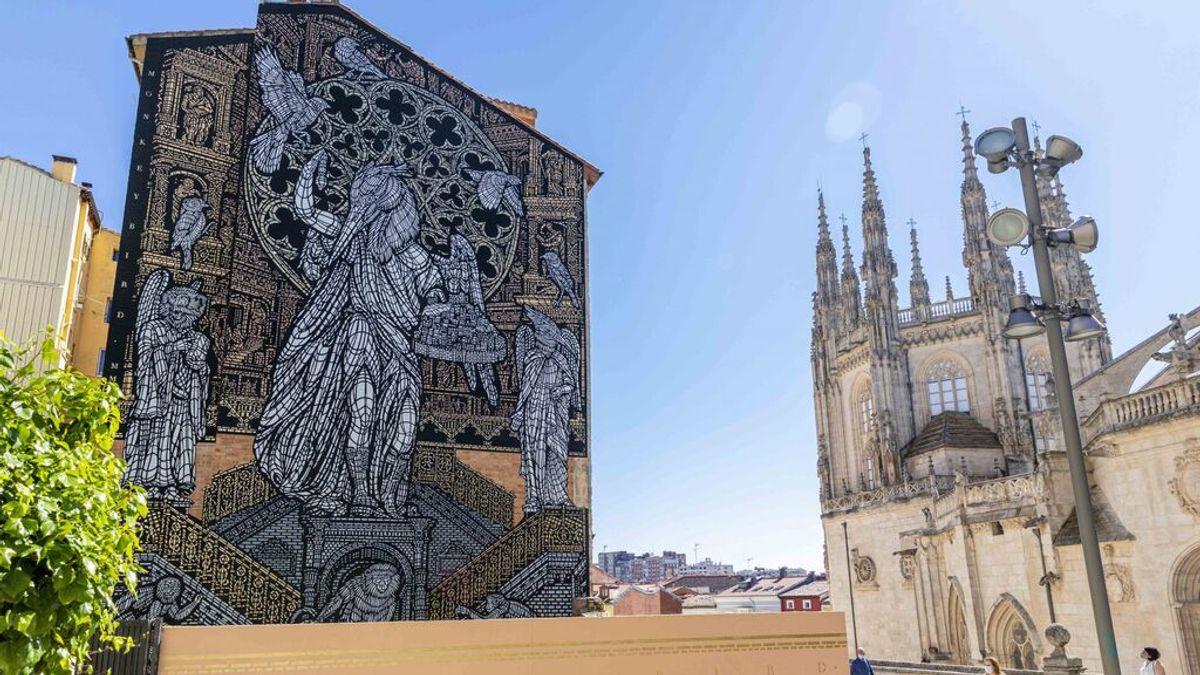 Los artistas urbanos MonkeyBird pintan un mural frente a la Catedral de Burgos por su VIII Centenario