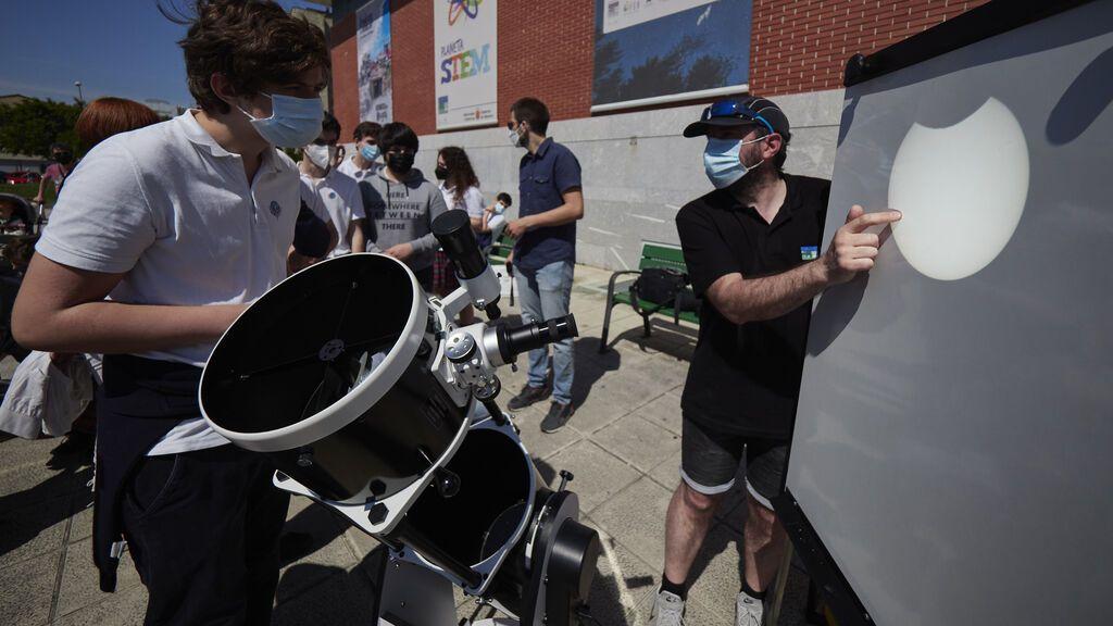 EuropaPress_3771470_proyeccion_muestra_eclipse_solar_jueves_explanada_planetario_pamplona_10
