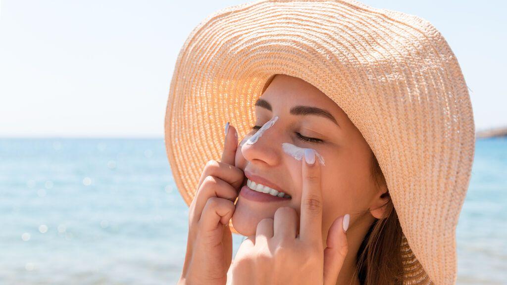 ¿Bajo la mascarilla también hay que usar protección solar? Esto es lo que dicen los dermatólogos