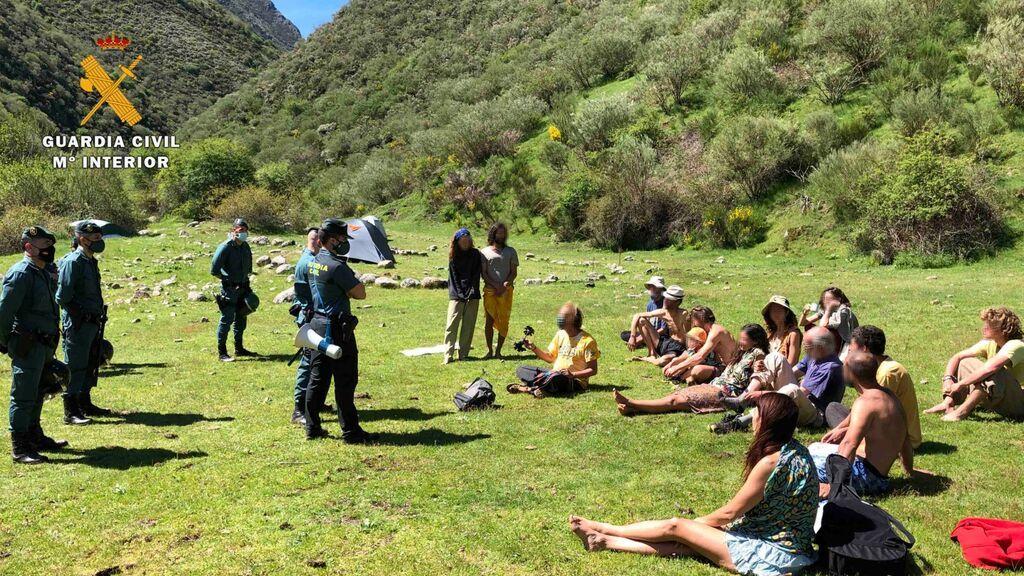 """Los agentes irrumpen en el campamento de la comuna """"familia Arcoíris""""."""