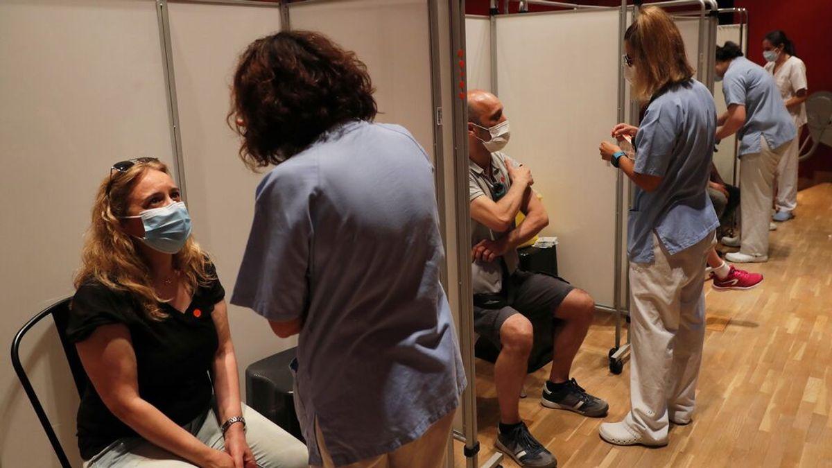 Varias personas a punto de recibir la vacuna contra la covid-19 en el Hospital Severo Ochoa de Leganés