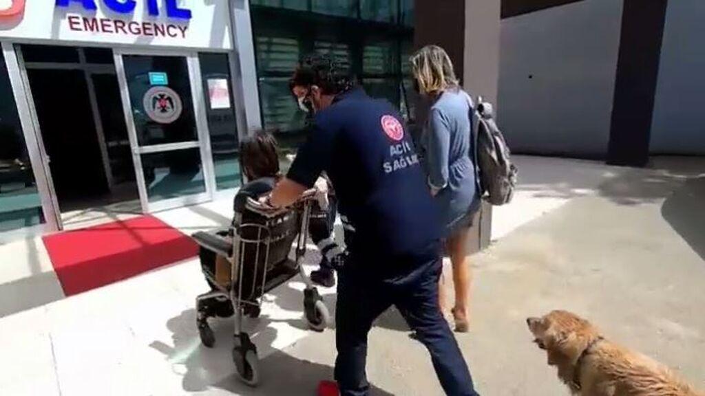 El perro, acompañando a su dueña y esperándola en el hospital tras perseguir su ambulancia