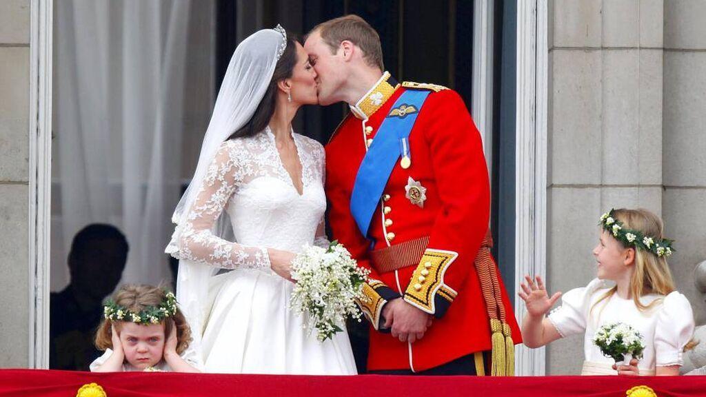 Ambos se fundieron en un discreto beso, saltándose el protocolo.