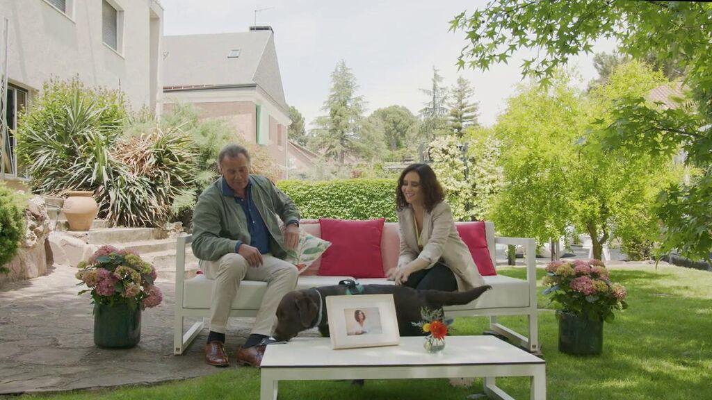 El perro de Ayuso revoluciona la entrevista… ¡y le roba la mascarilla a Bertín!