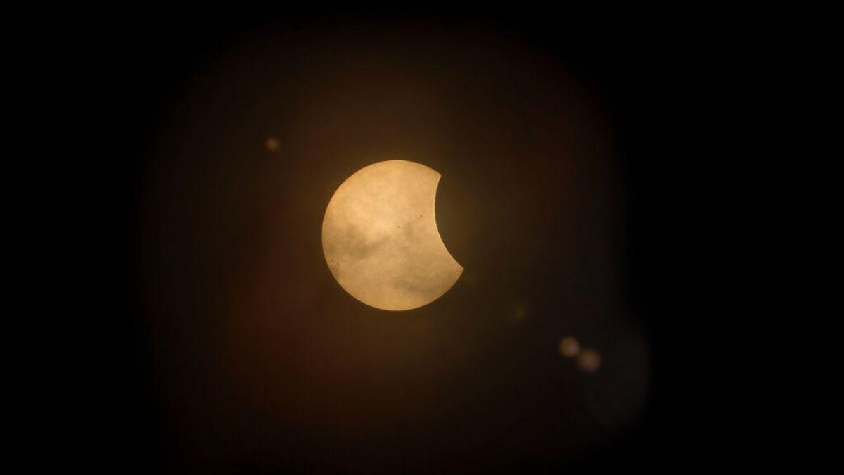 Cómo se verá y a qué hora el eclipse solar parcial de este jueves en España