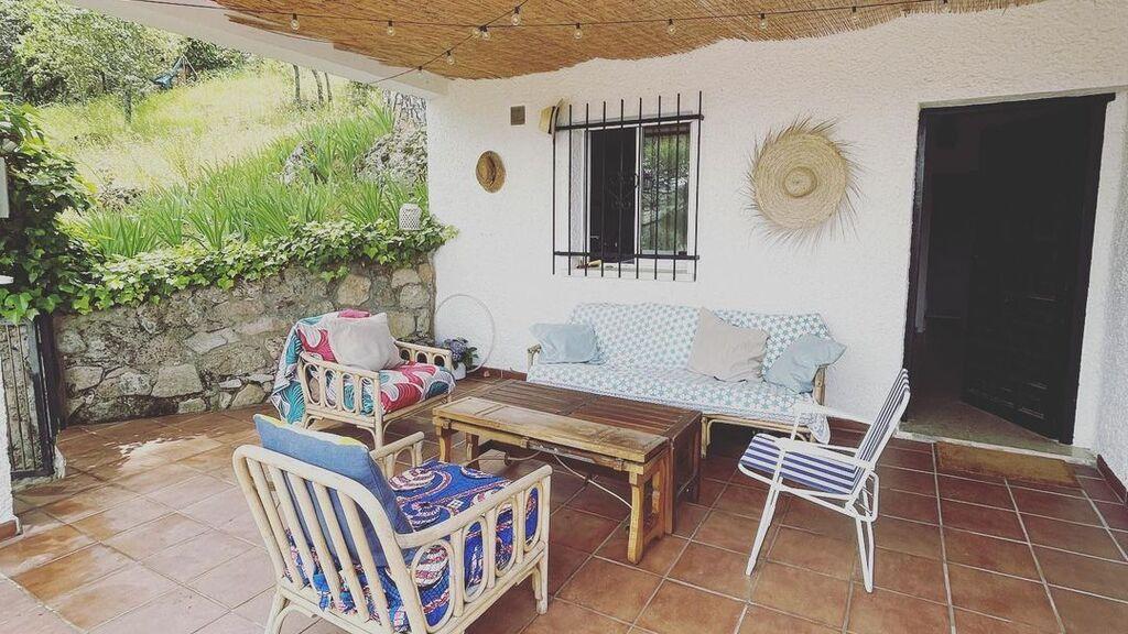 Tania Llasera muestra el porche de su nueva casa de campo