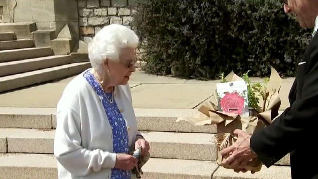 La reina Isabel de Inglaterra recibe una rosa con el nombre de su difunto esposo, el duque de Edimburgo