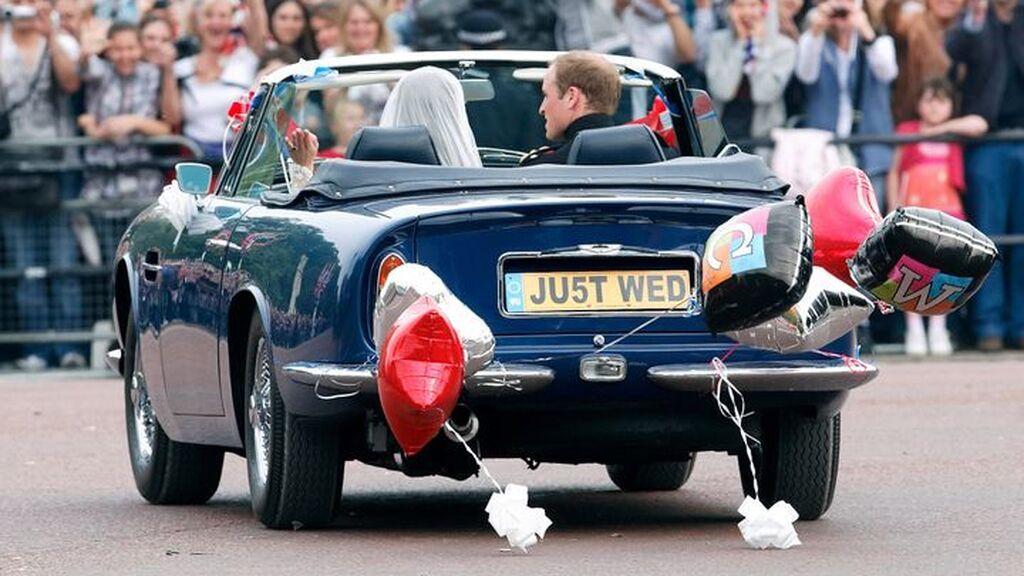 Luego, salieron en un Aston Martín.