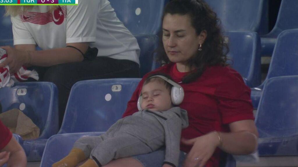Un bebé se queda dormido tras el baño de Italia a Turquía en el partido inaugural de la Eurocopa