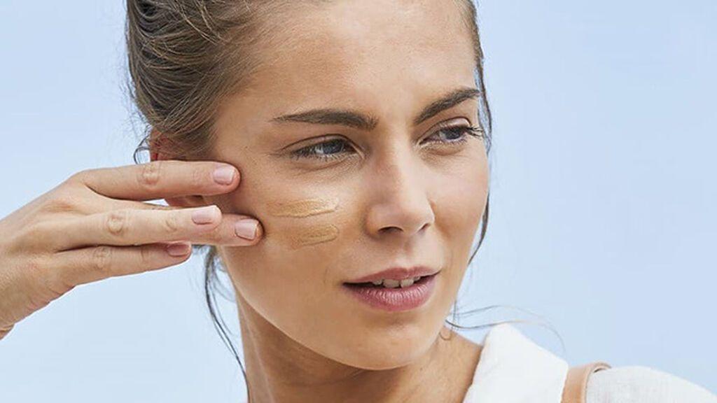 Protección solar con color: el cosmético imprescindible mientras consigues broncearte