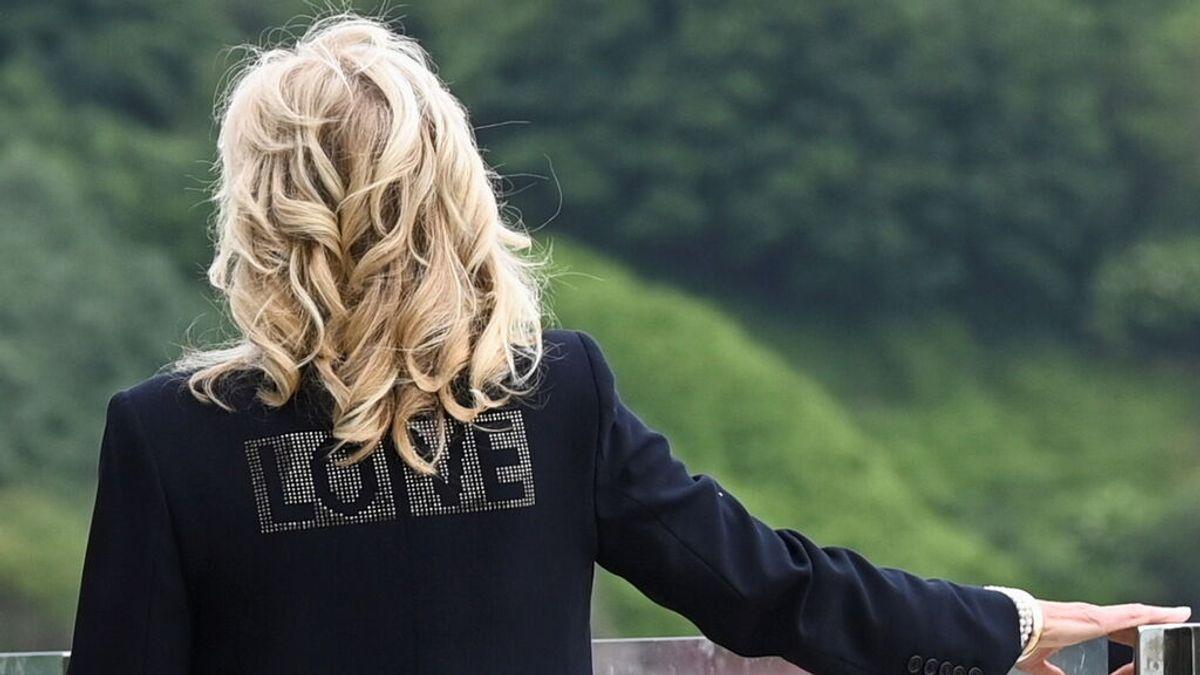 """La chaqueta del """"amor"""" de Jill Biden pone en evidencia a Melania Trump"""