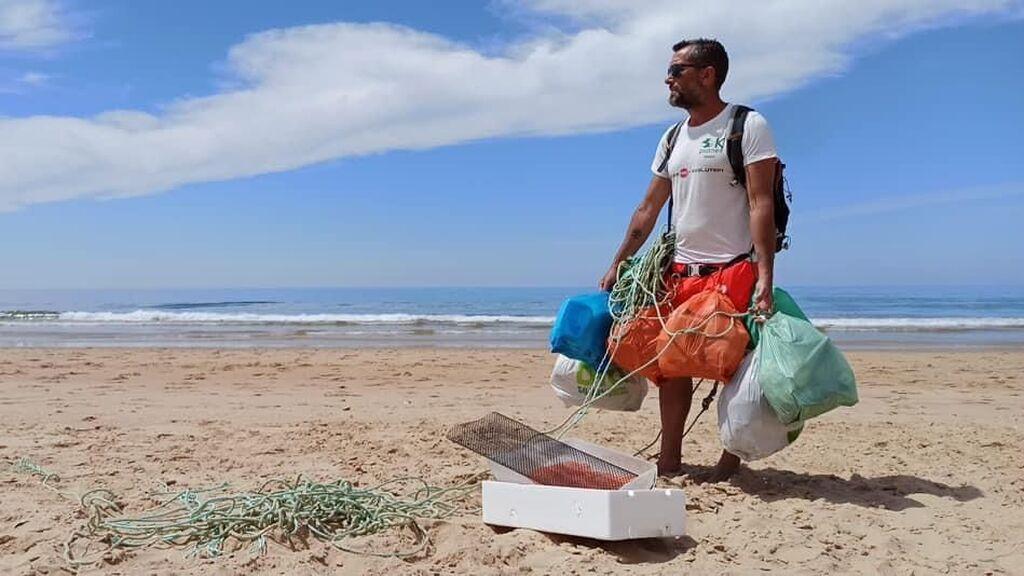 Plogging o recoger basura mientras corres: la nueva modalidad deportiva que se combina con el cuidado de la naturaleza