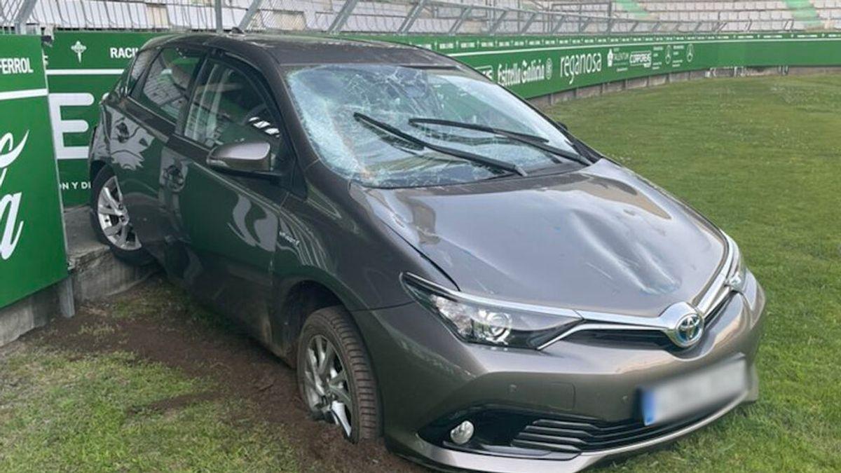 Una conductora pone la marcha atrás por error y acaba dentro del estadio de fútbol de Ferrol