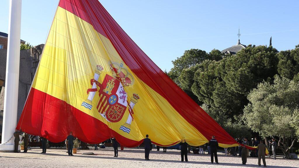 Izado solemne de la bandera más grande de España en la plaza de Colón