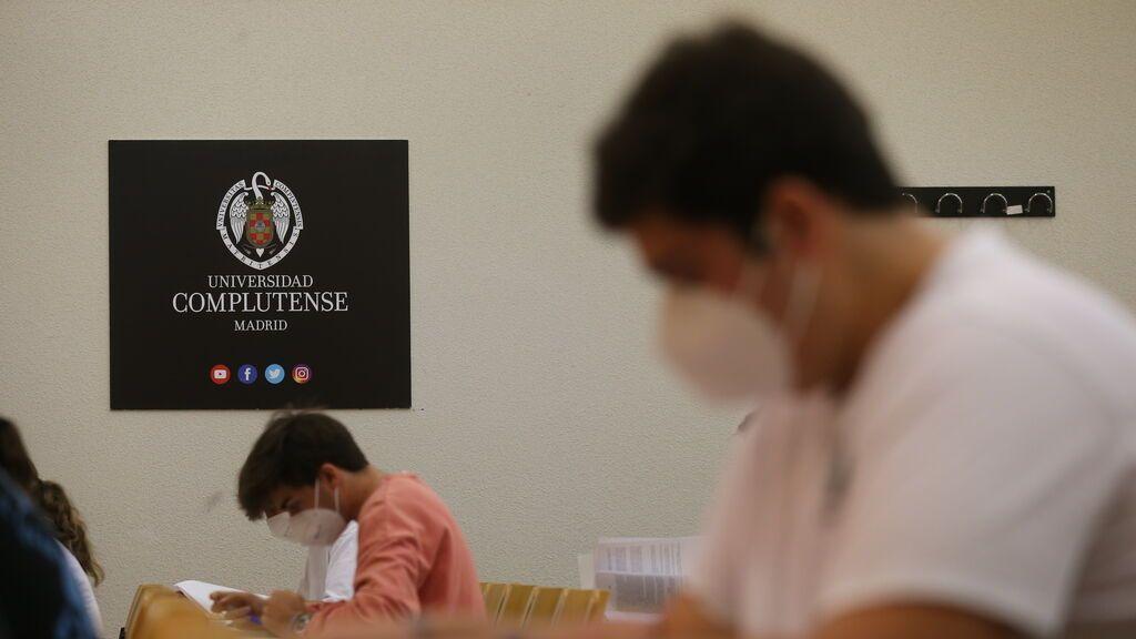 EuropaPress_3764039_estudiantes_facultad_ciencias_economicas_empresariales_realizan_examen_dia