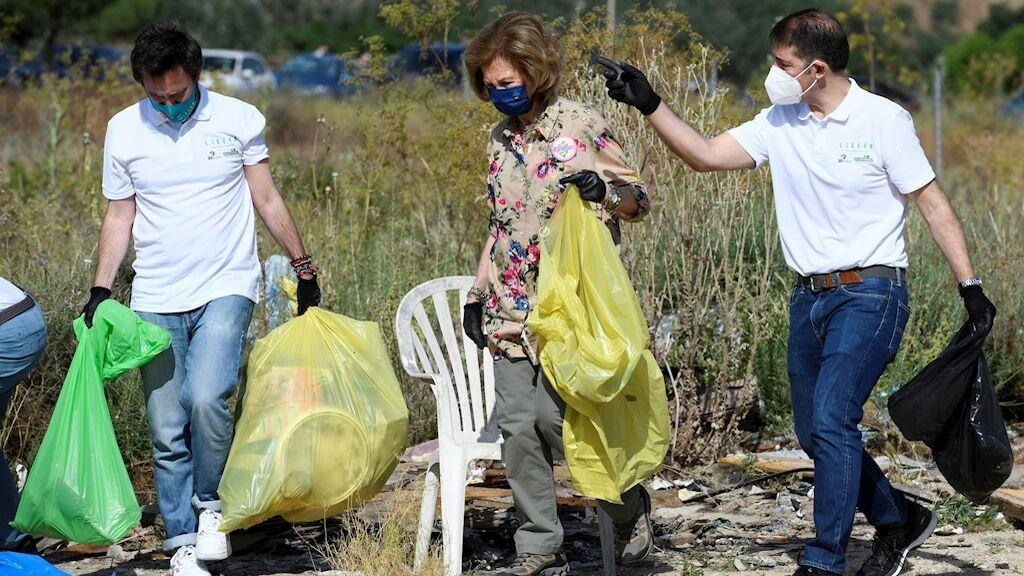 La reina Sofía se moviliza contra la 'basuraleza' y participa en una recogida de residuos en el campo