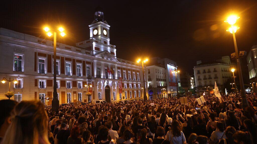 Decenas de personas se concentran en la madrileña Puerta del Sol