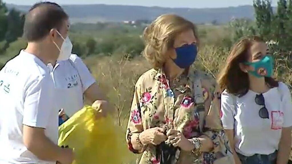 La reina Sofía participa en una recogida de basura abandonada en el campo