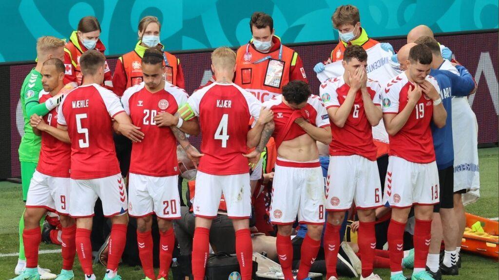 Erikssen se desploma sobre el césped en la primera parte del partido de Dinamarca ante Finlandia