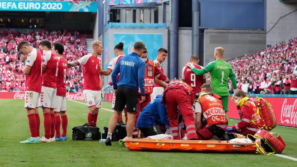 Consternación de los jugadores de Dinamarca y Finlandia tras el desplome de Eriksen