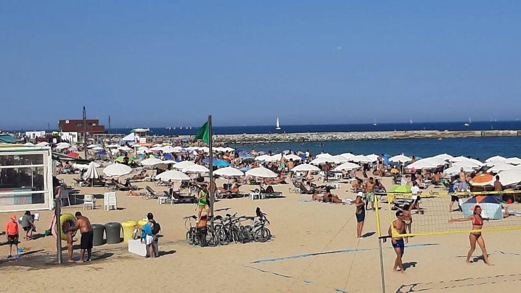 Cataluña alcanza temperaturas febriles en su primera ola de calor, con aforo completo en las playas de Barcelona