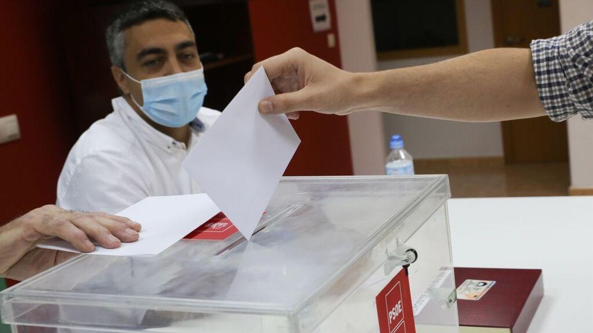 EuropaPress_3778270_militante_psoe-a_ejerce_derecho_voto_sevilla_primarias_partido_elegir