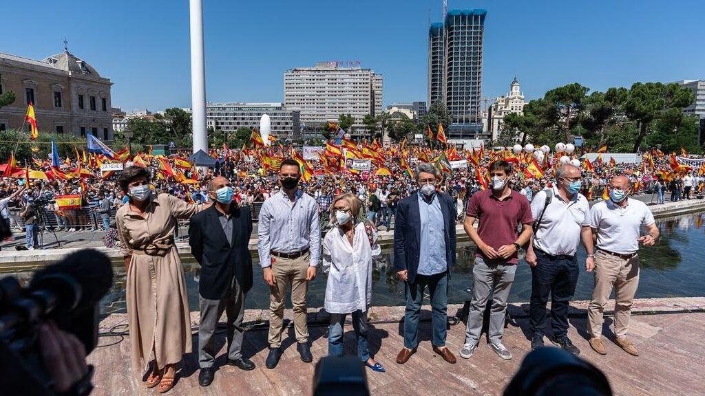 La plataforma Unión 78 de Rosa Díez posa ante los manifestantes reunidos en Colón contra los indultos