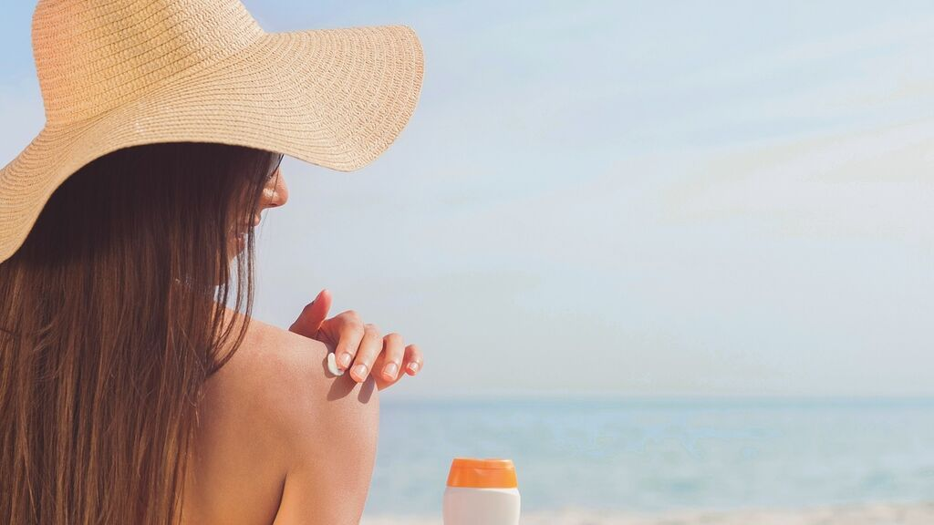 Los riesgos del uso de cremas solares caducadas en verano para protegerse del sol