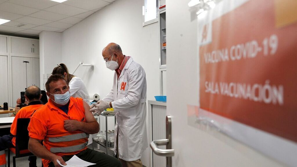 El buen ritmo de vacunación en España se nota en los indicadores de la pandemia